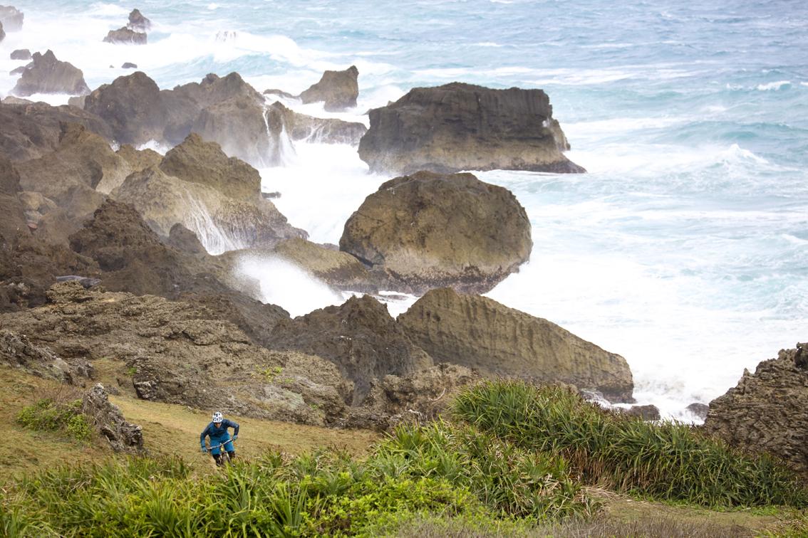 Al Kenting National Park, nella punta meridionale dell'isola, il vento era fortissimo. Le onde si infrangevano con violenza sugli scogli e nell'aria volava acqua salata.