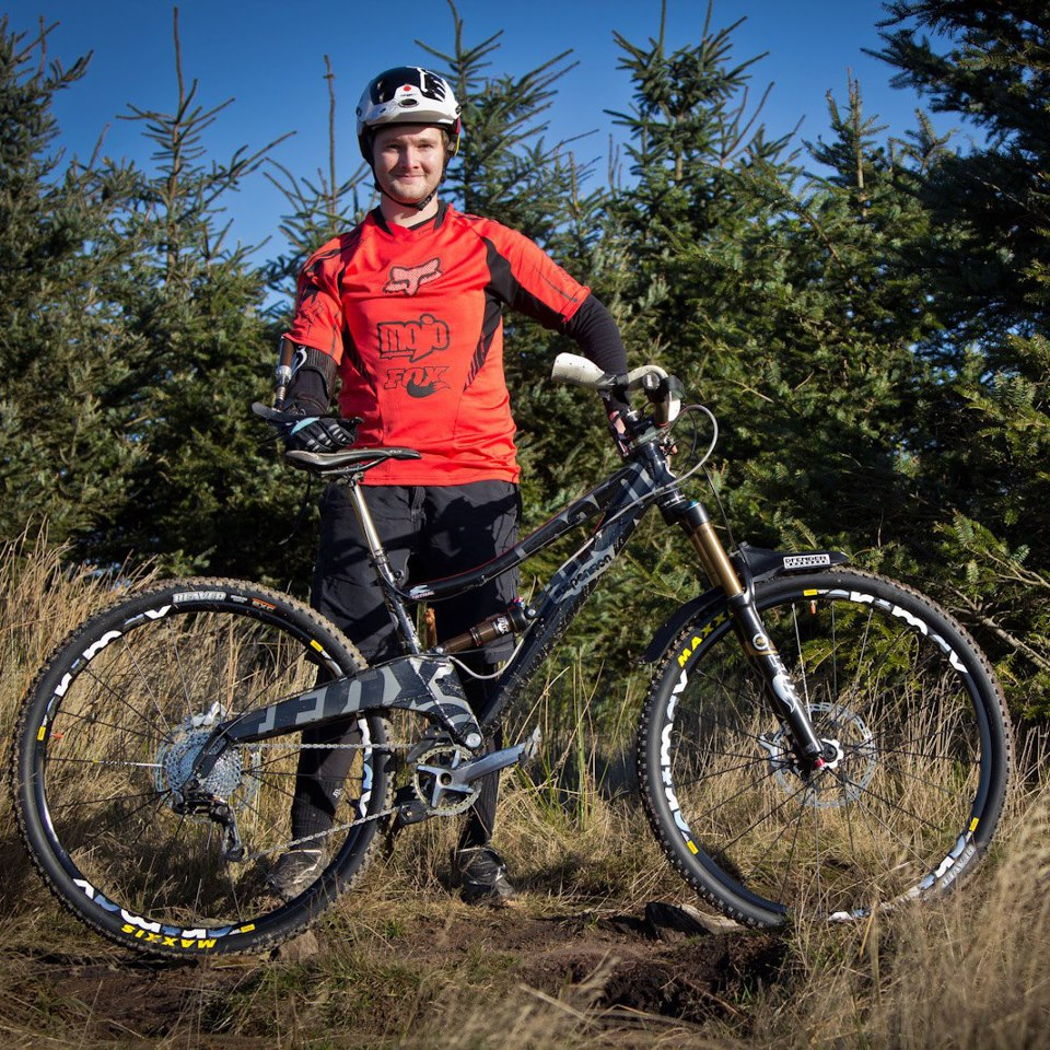 Nonostante abbia perso l'uso del braccio destro durante una gara in discesa, ha ancora voglia di pedalare il più possibile.